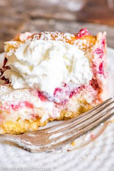 Ooey gooey butter cake never looked so good! This Strawberry Lemonade Gooey Butter Cake uses fresh strawberries and is a delicious summer dessert. Cherry Desserts, No Cook Desserts, Delicious Desserts, Cheesecake Desserts, Raspberry Cheesecake, Summer Desserts, Strawberry Coffee Cakes, Fresh Strawberry Recipes, Strawberry Lemonade Cake