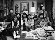 A familia Hirose. Os papéis na mesa falam da história da família.  The Hirose Family. Papers over the table tell us of the family history -  Hiroshima, 1987 © Thomas Struth