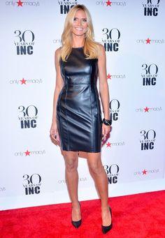 Fashion-Looks: Figurbetont, elegant und verführerisch: Auf dem roten Teppich in New York strahlt Stil-Ikone Heidi Klum mit ihrem dunkelblauen Leder-Minikleid um die Wette.