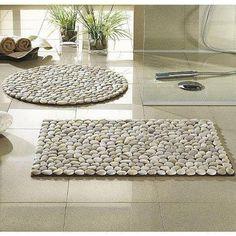 Teppiche verleihen dem Badezimmer den letzten Schliff. Aus Steinen sind nicht nur hübsch anzusehen, sondern auch eine Wellnessoase für die Füße. #DIY #stonecarpet #bathroom