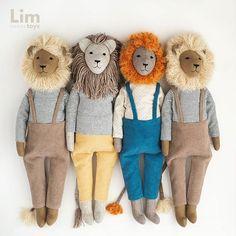"""ИГРУШКИ auf Instagram: """"‼️В наличии НЕТ‼️ Каждый по-своему хорош🤗, но Рыжий особенно милый😍 _____________________ 🌱 Выполнены изо льна 🌱 Одежда хлопок 🌱 Наполнитель…"""" Plush Dolls, Doll Toys, Pet Toys, Baby Dolls, Doll Crafts, Diy Doll, Lion Toys, Handmade Stuffed Animals, Diy Bebe"""