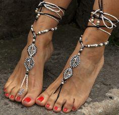 Dieses Angebot gilt für ein Paar Sandalen barfuß. Wunderschöne und einzigartige barfuss Sandalen mit einem ethnischen Vibration. Sie sehen toll aus als Halskette oder an den Händen auch :) Handmade gehäkelt, mit Liebe und Sorgfalt mit gewachst Polyester Schnur, tibetische Blattsilber Links, tibetische Silberperlen, griechische Keramik Perlen und Tschechische Rocailles. Die Spitze ist lang genug, um es 2 Mal um das Bein wickeln. Diese Sandalen sind sehr beständig und eignet sich für viele…