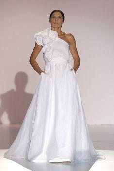 Juana Martín #azahar #pasarelagaudí2014 Blush Bridal, The Blushed Nudes, Little White Dresses, Fabulous Dresses, Minimal Chic, Corsage, Bridal Dresses, One Shoulder Wedding Dress, Bride