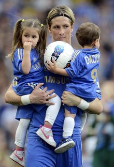 fernando torres whit Leo and Nora. Chelsea Football, Chelsea Fc, Football Soccer, Daddy Day Care, English Premier League, Go Blue, Arsenal Fc, Soccer Players, Fulham