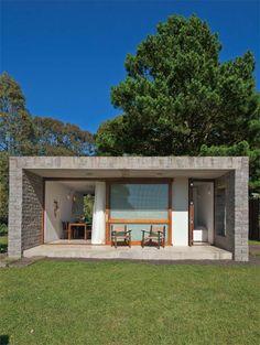 As baixas temperaturas do inverno na região determinaram a opção do fechamento: paredes de alvenaria revestidas de pedra escondem um colchão de ar, conservando o calor da lareira.