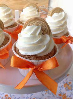 Desde el blog Patty's Cake traemos estos fantásticos cupcakes de Oreo Doradas relleno de orange curd (crema de naranja) y cubiertos por un suave frosting de queso y nata. Deliciosos. Ingredientes: Para los cupcakes: (para 12 unidades) 12 galletas Oreo Golden 120 gr. de mantequilla a temperatura amb…