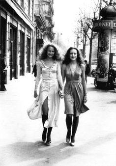 Jerry Hall and Her Sis in Spring Dresses - This Is What Street Style Looked Like in the - Photos Seventies Fashion, 60s And 70s Fashion, French Fashion, Retro Fashion, Vintage Fashion, Color Fashion, Jerry Hall, Moda Vintage, Lauren Hutton