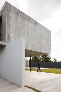Concrete box tops Felipe Gonzalez Arzac's Casa Rex in Argentina Arch House, Facade House, Minimalist Architecture, Architecture Details, Interior Architecture, Box Tops, Journal Du Design, Exposed Concrete, Concrete Houses