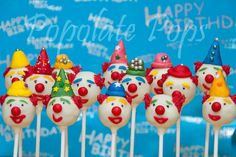 Birthday Clown Cake Pops with Colorful Party Hats Circus Food, Circus Carnival Party, Circus Clown, Circus Wedding, Circus Theme, Carnival Costumes, Circus Cake Pops, Circus Cookies, Birthday Clown