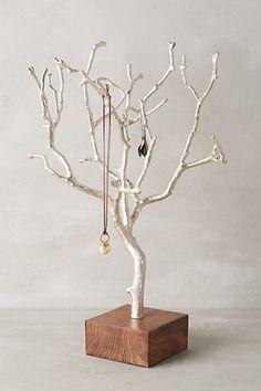 オブジェとしても、お部屋で存在感を放ってくれそうなディスプレイ。枝がたくさんある分、色々引っ掛けられそうですね。