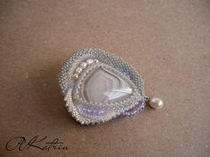 "Брошь ""Каменный цветок"" | biser.info - всё о бисере и бисерном творчестве Gemstone Brooch, Beaded Brooch, Bead Embroidery Jewelry, Beaded Embroidery, Handmade Beaded Jewelry, Shell Jewelry, Bead Crochet, Bead Art, Bead Weaving"