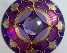 Mandala Violeta em CD reciclado Cd Crafts, Hobbies And Crafts, Crafts To Make, Arts And Crafts, Mandala Art, Recycled Cds, Cd Diy, Wine Glass Designs, Old Cds