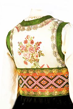 Detail of a Norwegian folk dress Folk Fashion, 1940s Fashion, Traditional Fashion, Traditional Dresses, Folk Costume, Costumes, Norwegian Clothing, Scandinavian Embroidery, Norwegian Vikings