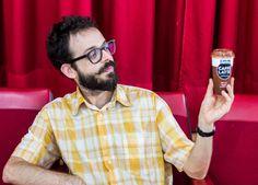 Álvaro frente al escenario de Gnomo con un @kaikucaffelatte