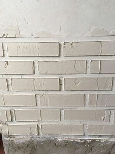 Using plaster to make fake bricks Fake Brick Wall, White Brick Walls, Faux Brick, Brick Texture, Drywall Texture, Textured Walls, Diy Wall, Home Projects, Diy Home Decor