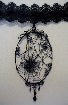 Hallothe Death Vine - Jewelry Schmuck im Wert von mindestens g e s c h e n k… Halloween Schmuck, Halloween Jewelry, Halloween Crafts, Wire Crafts, Jewelry Crafts, Handmade Jewelry, Wire Wrapped Jewelry, Wire Jewelry, Jewelery