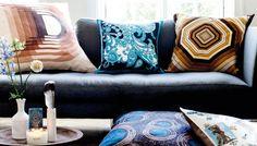 Det er blevet skrevet igen og igen: Nye puder kan ændre din stue til ukendelighed og give den klassiske beige eller grå sofa et helt nyt og unikt udtryk! Især hvis du fabrikerer puderne selv og får kreeret nogle, ingen andre har. Se, hvordan du forvandler vintage-silketørklæder til smukke puder