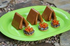Tent and campfire treats. Create clever tent cookies and campfire crackers in your kitchen with a few simple ingredients. No baking required! Cute Food, Good Food, Yummy Food, Delicious Recipes, Abraham Und Sara, Cakepops, Cupcakes, Camping Snacks, Camping Theme