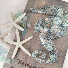 Große 10 x 16 string-Kunstwerk. Mit 136 Nägel! Und mehr als 100 kunstvoll Muscheln! Dies ist das perfekte Stück für eine Strand-Atmosphäre in einem Raum oder einem Strandhaus! Das Sprichwort heißt: das gute Leben. Entspannen und genießen. Ein DIY-Muster finden SIE auf meinen anderen Eintrag hier---https://www.etsy.com/listing/476125231/diy-string-art-pattern-seahorse?ref=shop_home_active_1 Eine Anmerkung von Verkäufer- String Kunst ist unglaublich persönlich ...