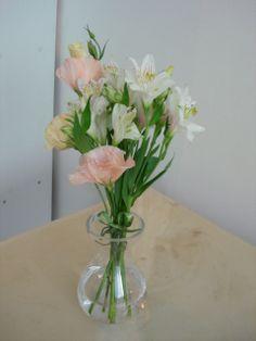 88- Vaso pequeno com Lisianthus rosa e Astromérias brancas