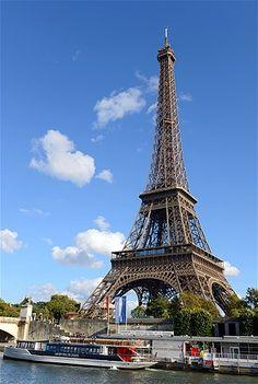 A torre Eiffel foi construída em 1889. A torre de aço tem quase a mesma altura de um prédio de 81 andares. Ela se tornou um símbolo de Paris e é uma dos mais reconhecidos marcos no mundo.