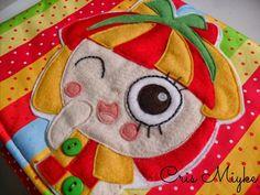 Capa em tecido para a Coleção de Livros do Sítio do Pica Pau Amarelo, com aplique da Emília em feltro - http://www.elo7.com.br/capa-colecao-sitio-do-pica-pau/dp/366FDE