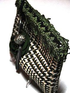 Bolso de mano realizado en tela de paño decorado con flor de fieltro en color verde y tira decorativa. Tirador de piezas metálicas http://www.chanchelcomplementos.com/en/shopping/categoria-bolsos/bolso-cuadros-detail.html