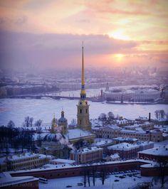 """Catedral de San Pedro y San Pablo, San Petersburgo, Rusia Chapple cuenta que esta fotografía fue tomada durante la Navidad de 2014. """"Quien haya pasado algún mes de diciembre en San Petersburgo, sabe lo difícil que es ver el sol""""."""