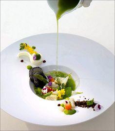 Un peu plus de vinaigrette sur ma salade s'il vous plait ! ;) (La Vie… Chef Thomas Bühner) > Photo à aimer et à partager ! ;) . L'art de dresser et présenter une assiette comme un chef...