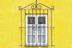 Portal Decoração - Segurança em casa. Beleza com segurança é possível. Grade linda na janela, dar um ar europeu.