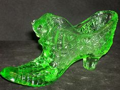 Boyd Vaseline Green Glass Cat Slipper Daisy Button Shoe 4 Line B 2003-2008  $0.99