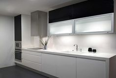 Cocina blanca con negro
