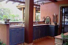 """Cozinhas rústicas têm jeito de interior e """"cheiro de casa de avó"""", inspire-se para decorar a sua casa."""