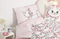 Marie van de Aristokatten is stiekem altijd al onze favoriete Disney-kat geweest. Met haar roze strikje is ze schattig maar toch sassy. Primark brengt nu een collectie op de markt volledig aan haar gewijd. Een momentje, wij zijn onze kamer even in het babyroze aan het schilderen.