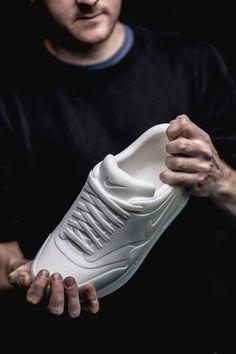 """Tinker"" – Bildhauer Alasdair Thomson fertigt Nike Air Max 1-Skulptur aus Marmor"
