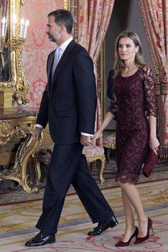 Don Felipe, acompañado de la princesa Letizia, preside por primera vez el desfile del Día de la Hispanidad