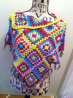 Een poncho van granny's. De kleuren maken hem heel vrolijk