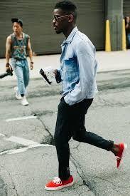 zapatillas rojas hombre combina