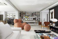 Super contemporâneo esse living combinando estante branca com peças de design.