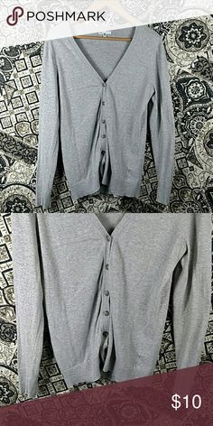 Women's Gap Grey V-Neck T-shirt This previous owner took good care of her clothes. Gap Tops Tees - Long Sleeve