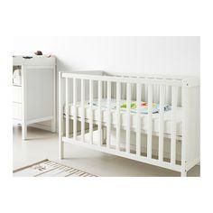SUNDVIK Tremmeseng  - IKEA. Laveste liggehøjde 19 cm, højeste højde 32cm... kan evt. bruges som bedside crib?. 800 kr. Madrassen er ca. 9 cm høj, dvs. de to højder bliver: 28 cm og 41cm