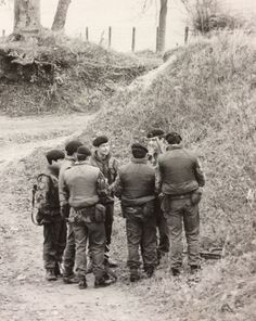 Briefing before a patrol South Armagh. Northern Ireland Troubles, Uk Arms, Armagh, British Armed Forces, British Army, Firefighter, Dublin, Wwii, Celtic