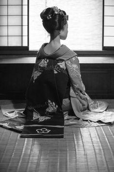 "geimei: ""Сентябрь 2016: Молодые Майко Kikusana (Hanafusa Окия) из Миягава-тё в храме. Источник: Гаап на Photohito """