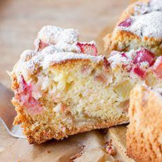 Ciasto z rabarbarem. Szybkie i proste ciasto z rabarbarem. Posypane cukrem pudrem, idealne do popołudniowej herbaty.