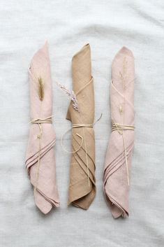 Beautiful soft blush colored napkins with simpel string and dried grasses. Napkins from Gabrielle Paris in our webshop Wedding Sets, Wedding Trends, Boho Wedding, Wedding Styles, Rustic Wedding, Wedding Napkins, Wedding Table, Wedding Decorations, Table Decorations