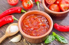 Start med at pille kernerne ud af chilierne og put Sauce Chili, Unflavored Protein Powder, How To Cook Chili, Summer Salsa, Huevos Rancheros, Mexican Food Recipes, Ethnic Recipes, Homemade Salsa, Quesadilla