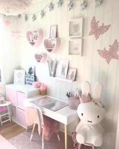 """Cute room for a little girl. (@mammaogviktoria) på Instagram: """"☀️For et deilig vær ute i dag! ☀️ Nå skal jeg henge opp en hylle på rommet til Viktoria og etterpå…"""""""