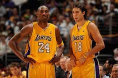 Kobe Bryant una Vez que se daban codazos Sasha Vujacic en la Cara Sin Razón