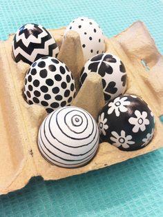 HEMA pasen - Zwart-wit eieren. Nodig: Zwarte watervaste stift, eieren 1. Kook de eieren hard 2. Teken/schrijf met de stift op de eieren 3. Waarschuwing: de met marker beschilderde eieren zijn niet geschikt voor consumptie.