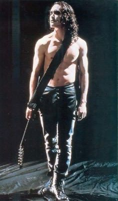 "Brandon Lee as Eric Draven in ""The Crow"" Lee was tragically killed during the film shoot. Rewrites and special effects were used to complete his scenes and the film was released to critical and commercial success. Brandon Lee, Bruce Lee, The Crow, Crow Movie, I Movie, Crow Photos, Estilo Rock, Stairway To Heaven, Raining Men"